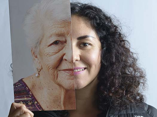 jovenes y ancianos hispanos se mezclan en una interaccin de imagenes y dilogo visual