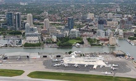 Azafatas resultaron heridas luego de que un avión destino Toronto evitara objetos no identificados