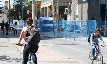 Un ciclista en Toronto fue halado de su cabello y asaltado de acuerdo con la policía