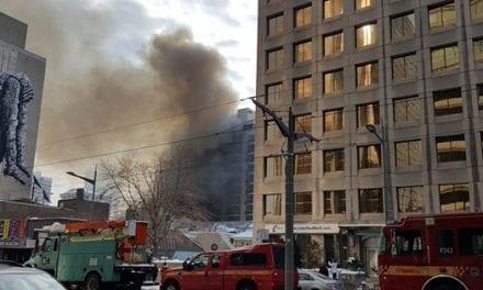 Un incendio masivo cierra la intersección de Yonge y de St. Clair en Toronto
