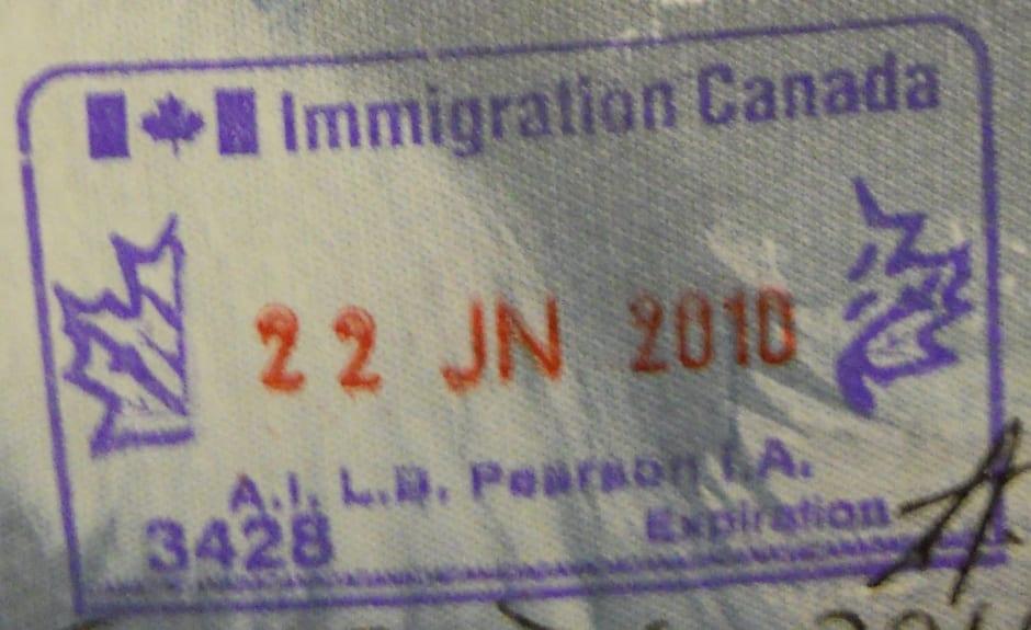 Viajar fuera de Canadá con estatus implícito o sin haber recibido la tarjeta residencia