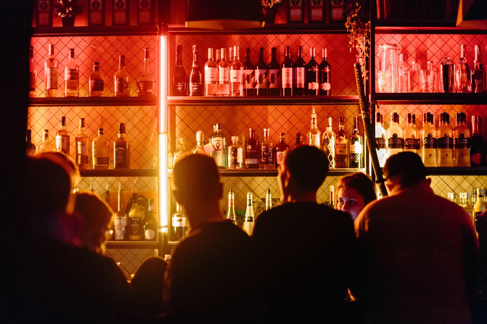Instan al gobierno a reconsiderar la reapertura de bares