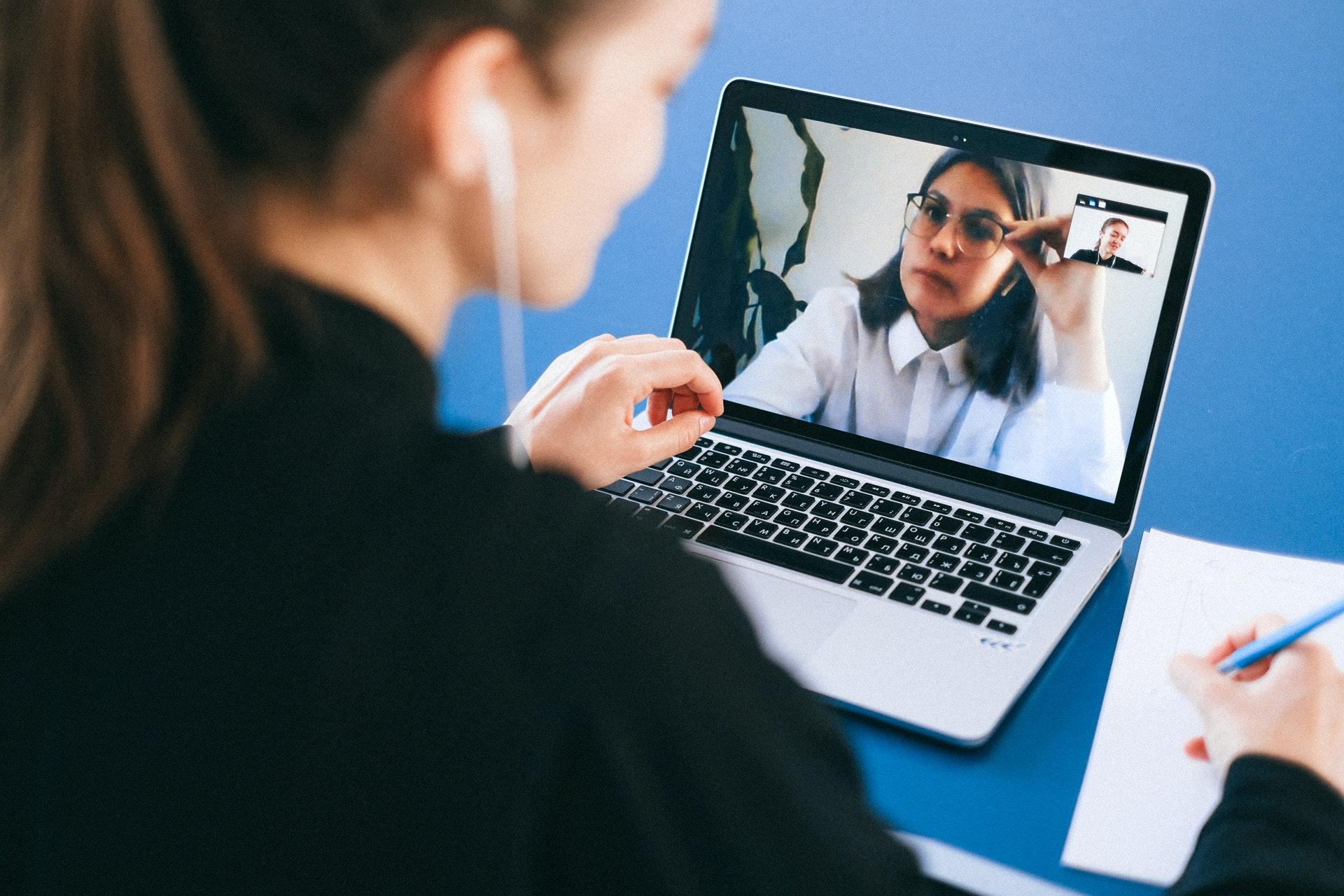Consejos para tener éxito en las entrevistas por videollamada